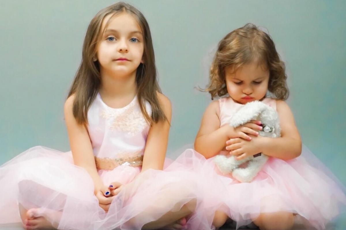 Petite fille et sa soeur photographiée en studio par Sylvie Chol
